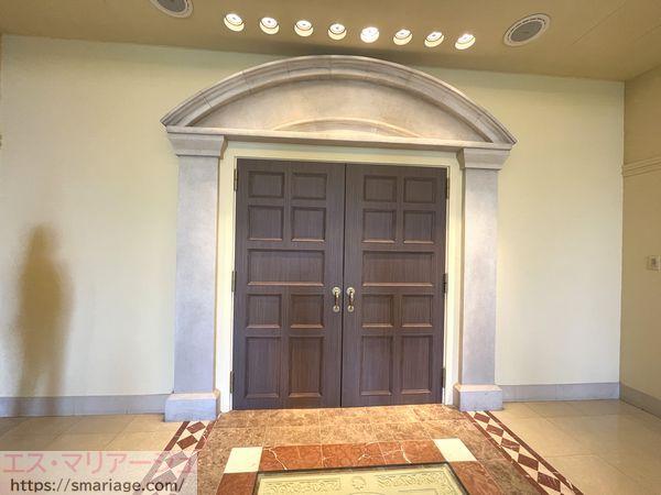 チャペルの扉
