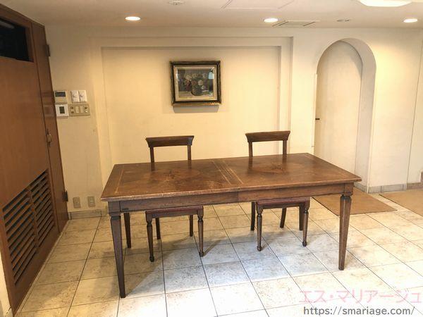 玄関左・テーブル