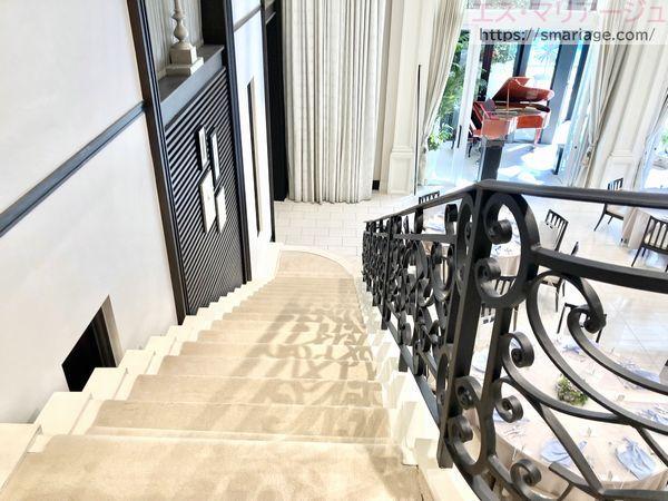 シンデレラ階段を降りる